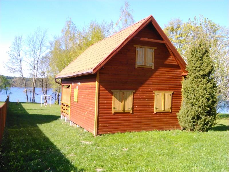 Domek drewniany bezpośrednio nad jeziorem koło Ełku
