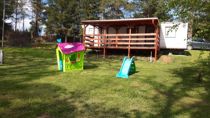 Domek i zjeżdżalnia dla małych dzieci.