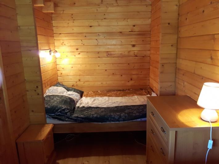 Pierwsza sypialnia małżeńska na parterze domku.