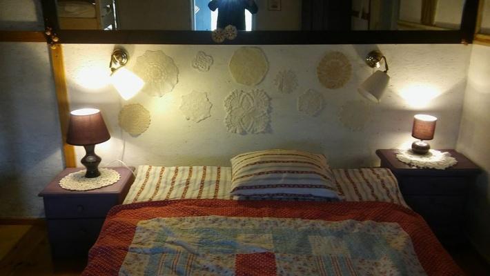 Sypialnia Fioletowa , łóżko podwójne i łóżko piętrowe dziecinne.