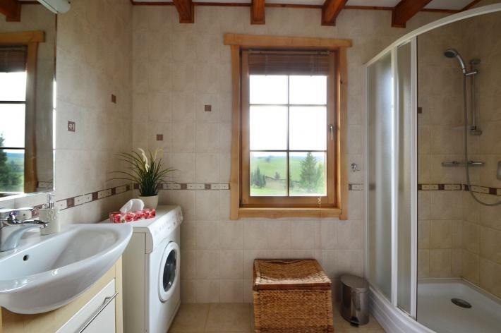 Łazienka z kabiną prysznicową na dole
