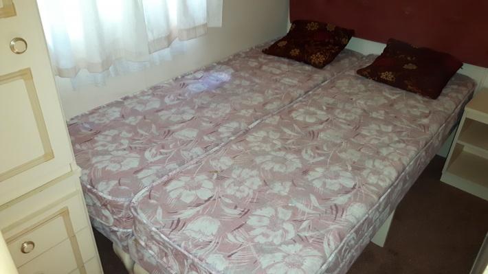 Łóżka złączone.