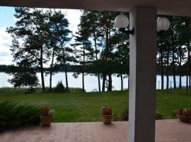 Widok na jezioro z tarasu