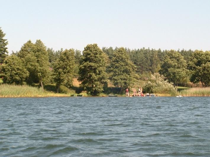 widok z łódki na pomost i brzeg jeziora