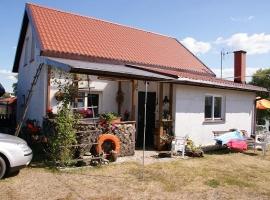Widok na domek od strony wejścia z tarasem