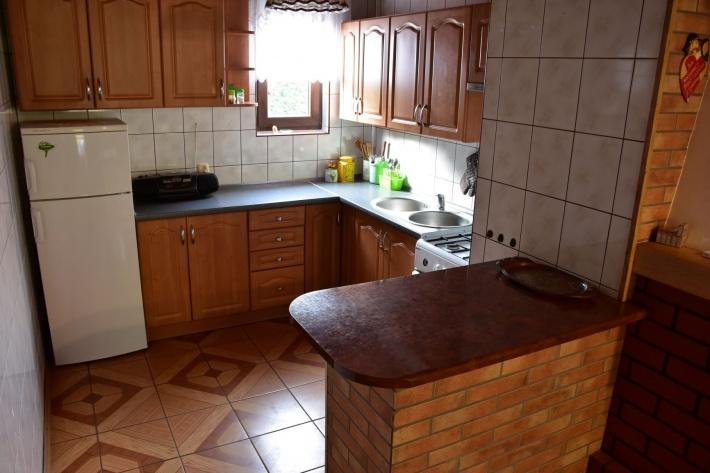 Kompletnie wyposażona kuchnia: kuchenka gaz., lodówka, zlewozmywak, naczynia, garnki, sztućce, itp.