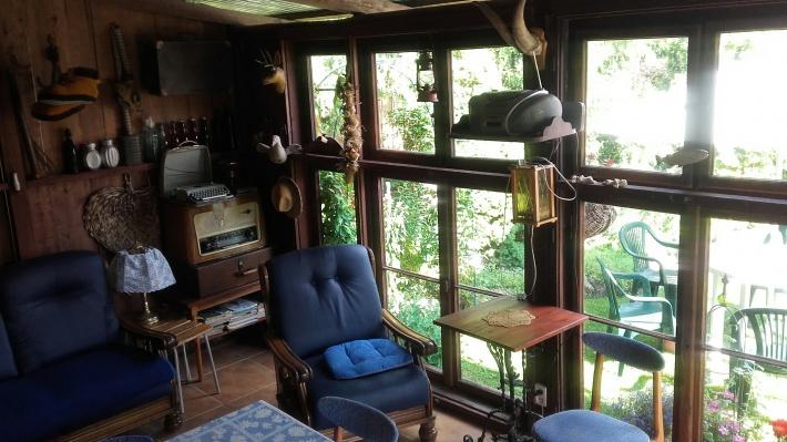 Zadaszona wiata z dużym stołem,kanapą i fotelami