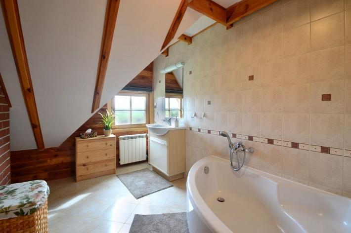 Łazienka z wanną na górze