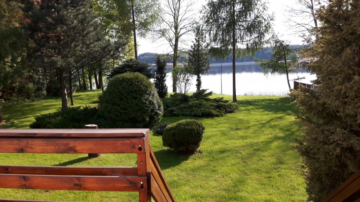 Widok z tarasu na jezioro.