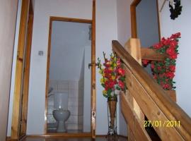 Fragment klatki schodowej i toaleta na piętrze