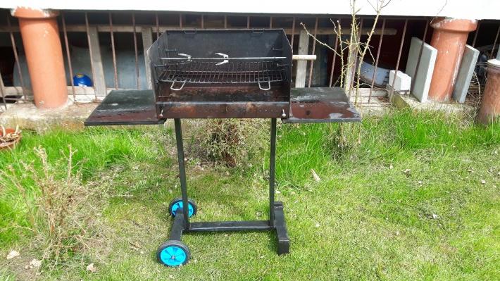 Grill. Prosimy nie grillować na tarasie, ponieważ pozostają tłuste plamy ciężkie do usunięcia.