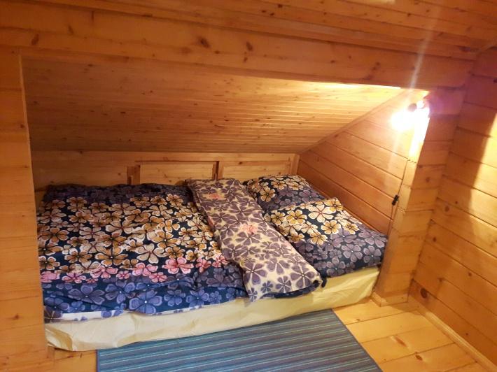 3 sypialnia na piętrze domku łóżko 1