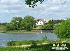 Pływanie po j. Spychowskim łodzią, rowerem i kajakami (widok na dom od strony jeziora)